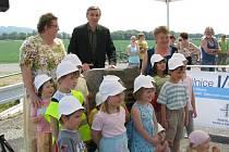 Slavnostní otevření nového obchvatu si nenechalo ujít několik desítek lidí z Rájce i ze Zábřehu.