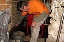 Rostislav Reinold ze Staré Červené Vody ukazuje, kam až dosahovala hladina vody v jeho kotelně.