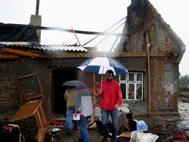 Michal Kročil zastupující Společenství Romů na Moravě dorazil na Jesenicko s humanitární sbírkou pro zdejší Romy jako první.