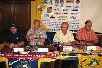 Poslední tisková konference Draků ze září letošního roku, zcela vlevo je Aleš Holík, dnes už bývalý Drak