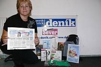 Inspektorka distribuce Šumperského a jesenického Renata Hýblová s částí dárků pro vás