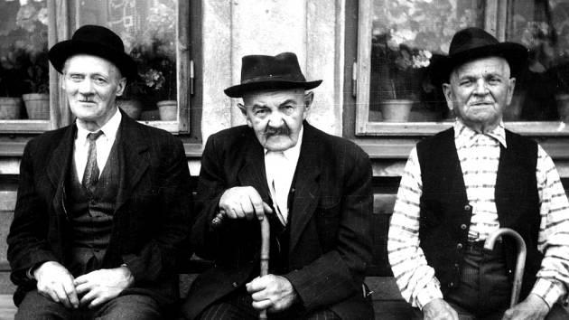 Pozvánku na letošní výstavu zdobí tato fotografie tří starců z Ráječka.