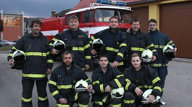 Vikýřovičtí hasiči před novou zbrojnicí.