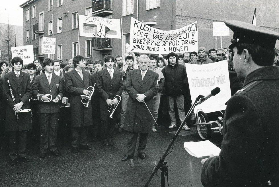 Protestní průvod s místní dechovkou před kasárna sovětské armády v Jeseníku v lednu 1990.