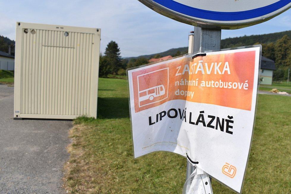 Zastávka náhradní dopravy v centru Lipové-lázní.