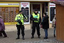 Policisté ozbrojení samopaly hlídkují po útoku v Berlíně na Hlavní třídě v Šumperku.