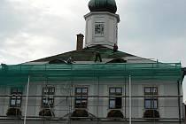 Pokrývači v těchto dnech vyměňují krytinu střechy na radnici v Jeseníku