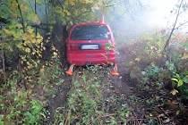 Opilý polský řidič, který ujížděl hlídce přes státní hranici, skončil svou zběsilou jízdu na pastvině u Travné u Javorníku. Nezvládl smyk a zastavil se až o náletové dřeviny.