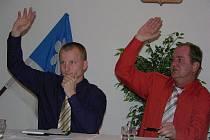Starosta Jiří Neumann (vpravo) vkročil do třetího volebního období. Stanislav Poskočil je ve funkci místostarosty nováčkem