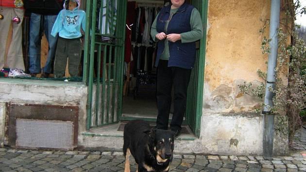 Bene, vodítko! Na tento příkaz slyší Ben Věry Brožové. Pes okamžitě ví, že se může těšit na procházku.