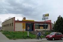 Samoobsluhu město vykoupilo před třemi lety za 3,8 milionu korun právě kvůli tomu, aby mohlo propojit zatím slepou Komenského ulici s ulicí Olomouckou.
