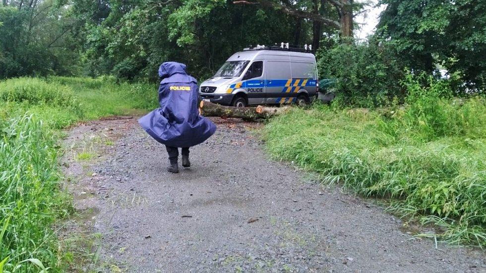 Pátrání po mladém vodákovi, který při splouvání řeky Moravy vypadl u Moravičan z nafukovací kánoe a strhl jej proud