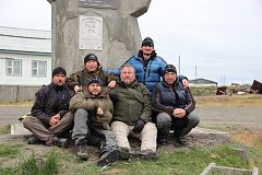 Členové expedice, která se vydala v srpnu 2012 na Sibiř, u památníku, na který pověsili Welzlovu pamětní desku.