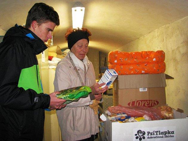 Sto osmdesát kilogramů granulí a pamlsků, ale chovatelských potřeb darovali lidé do sbírky Psí tlapka vŠumperku. Organizátoři její výtěžek rozvezli do psích útulků vZábřehu (na snímku) a vOlomouci.