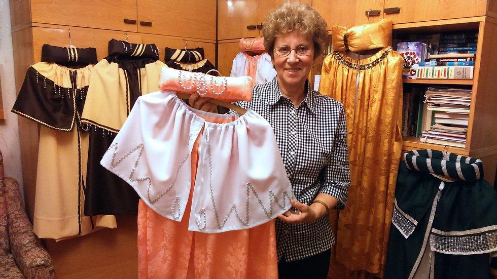 Alena Hojgrová ze Zábřehu našila pro tříkrálové koledníky přes dvě stovky kostýmů.