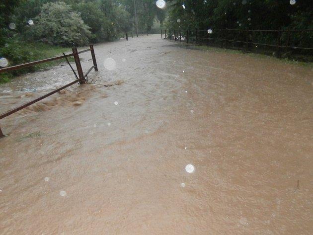 Potok v Hradci-Nové Vsi během přívalových dešťů.