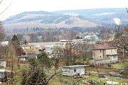 Následky kůrovcové kalamity - pohled přes Zlaté Hory na Osikový vrch a horu Příčná.