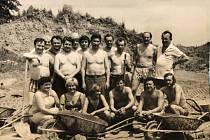 1. PRÁCI ZDAR. Fotografie zkonce 80 let. Parta dobrovolníků, která pomáhala při stavbě krematoria vakci Z.