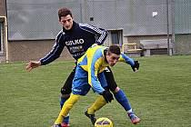 Fotbalisté Zábřehu (modré dresy) v nedělní přípravě proti devatenáctce Šumperku
