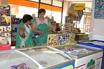 Vedoucí prodejny (vpravo) je ráda, že si zde mohou zákazníci sami vybrat zboží
