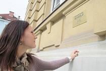 Pamětní deska šumperského rodáka Karla Scholze na budově Obchodní akademie v Šumperku.