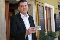 Starosta České Vsi Petr Mudra s kartou Jeseníky Region Card.
