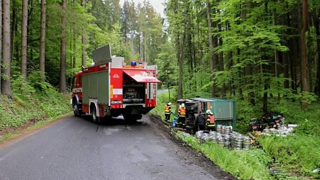 Nákladní auto převážející sudy a lahve s pivem havarovalo ve čtvrtek 21. května dopoledne u Jedlí na Zábřežsku.