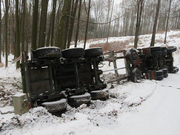 Řidič nákladního vozu havaroval u Javorníku.
