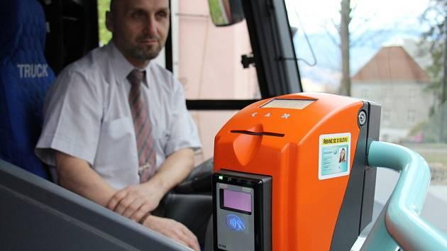Na Jesenicku zavedli systém elektronického odbavení cestujících. Platební kartu tak lidé mohou použít jako týdenní či měsíční jízdenku.