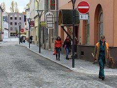 Lidé v Jeseníku procházejí po obnovených ulicích Komenského a Školní.