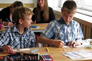 Pokus o rekord - výroba záložek do knih v Bludově