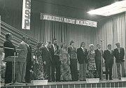 ZPÍVÁ CELÁ BRIGÁDA. Pěvecká soutěž, fotografie pořízená 17. června 1978. Fr. Skácel a M. Bémová obsadili druhé až třetí místo a St. Gereš páté místo zdvanácti účastníků. Ti pak podnik reprezentovali vmezipodnikové soutěži vlistopadu téhož roku.