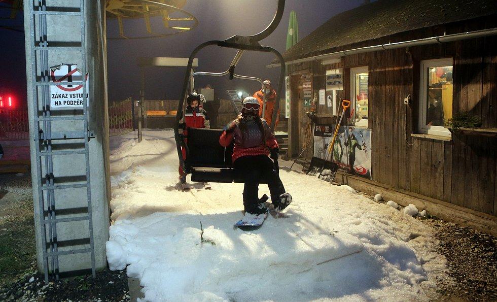 V pátek 18.12. 2020 zahájil lyžařskou sezonu ski areál v Branné, včetně večerního lyžování