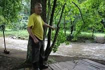 Táborem dětí ze Sboru dobrovolných hasičů z Dolní Dobrouče na Orlickoústecku se v neděli 3. srpna prohnala řeka Březná. Tábor stojí mezi Hoštejnem a Drozdovskou Pilou.