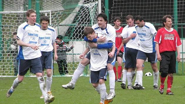 Fotbalisté Jindřichova (bílé dresy) se o víkendu radovali z výhry nad Štěpánovem.