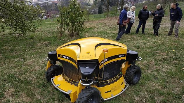 Robotická sekačka, kterou pořizuje město Jeseník. Snímek z dubnové prezentace v Jeseníku. Takový stroj pořídilo i město Zábřeh místním technickým službám.