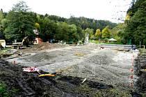 Na Bozeňově u Zábřehu vyrůstá multifunkční hřiště s umělým povrchem.
