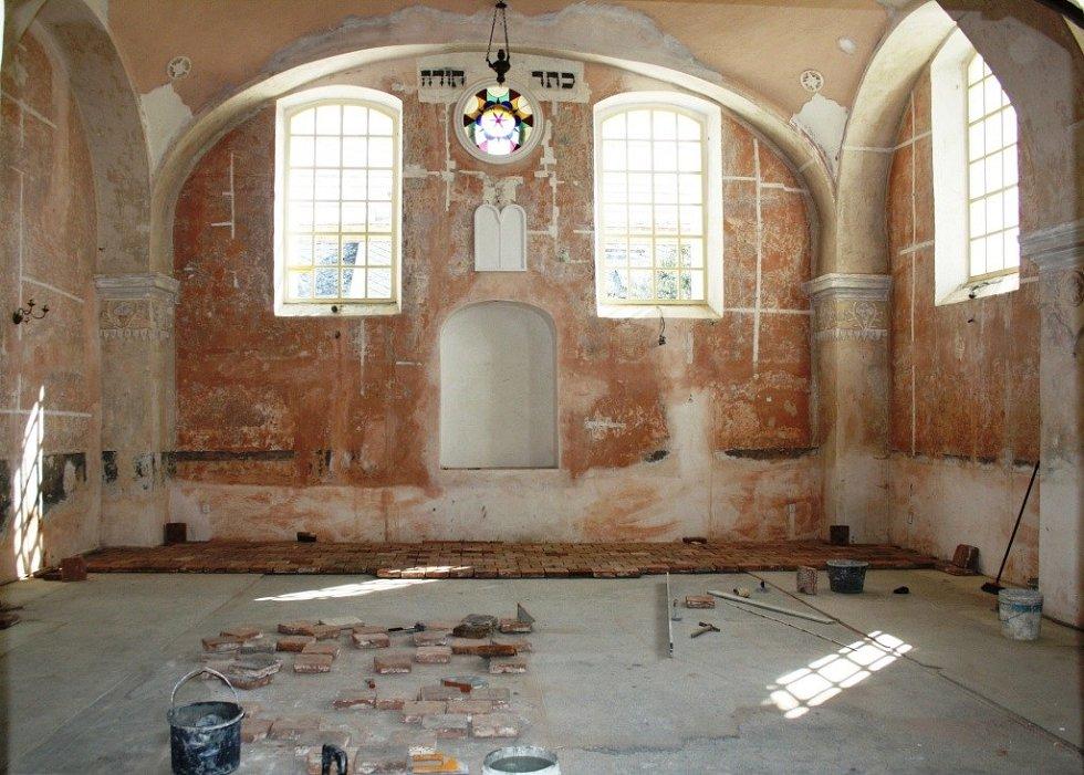 Po deseti letech směřuje rekonstrukce synagogy v Lošticích do finále. Památka už dostala nový, zářivě bílý kabát, i když ho ještě ukrývá lešení.
