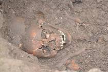 Archeologové odkryli v centru Mohelnice desítky hrobů.