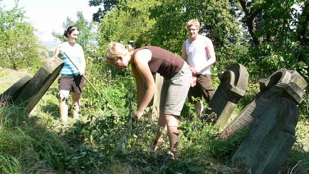 Na letní pracovní tábor přicestovali do Loštic mladí dobrovolníci z různých zemí Evropy