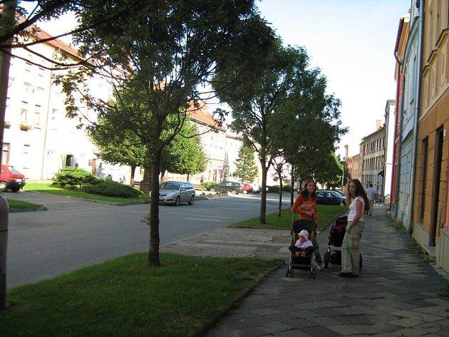 Nevzhledné a v zimě i nebezpečné chodníky v centru Zlatých Hor brzy nahradí nové.