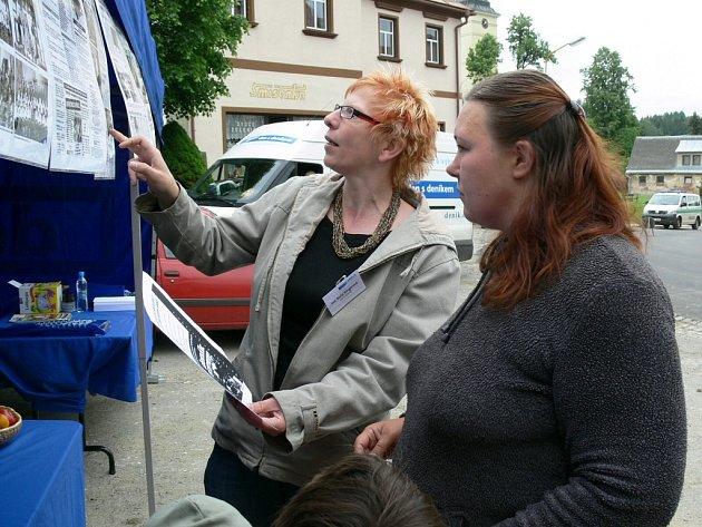 Šéfredaktorka Šumperského a jesenického deníku Soňa Singerová vysvětluje návštěvníkům, jak mohou přispívat do rubriky Čtenář – reportér.