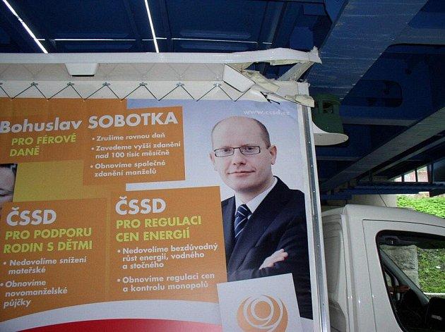 Auto s předvolebním bilboardem ČSSD se nevešlo pod šumperský viadukt