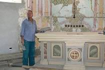 Zednický mistr Ladislav Peterka odkryl fresku, pravděpodobně vznikla na počátku 19 století.