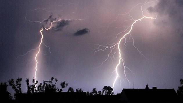 Silné bouřky se hnaly Vysočinou. Vypadl proud. Lidé svítí svíčkami