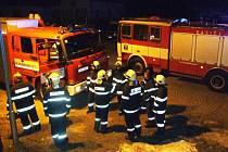 Jeseničtí hasiči ve Slezské ulici chvíli poté, co zjistili, že nehoří