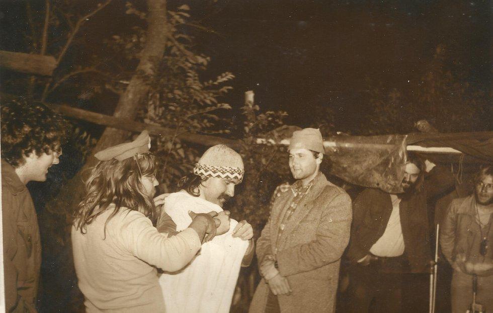 Divadelní soubor Hurvínkova koloběžka na tajném rockovém festivalu na podzim 1985 na Bílkově statku v Oskavě.