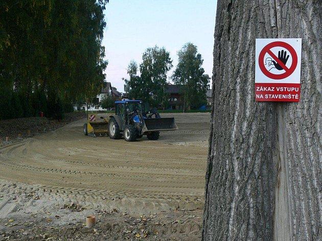 Na hřišti v Leštině pracují už několik dní těžké stroje, která dají sportovištěi zbrusu novou podobu