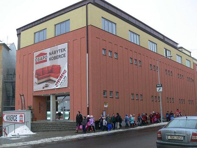 Budova bývalého kina v Šumperku je nově zrekonstruována na prodejnu nábytku.