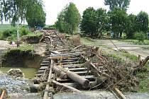 Vodou poničená železniční trať v Bernarticích